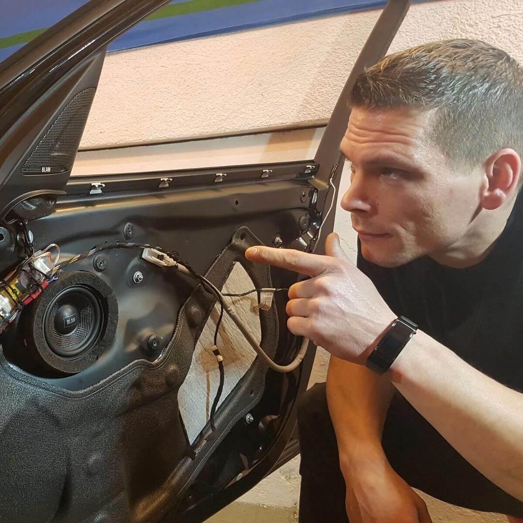 Dennis Rahmen zeigt wie man richtig Lautsprecher in Autotüren verbaut und worauf es ankommt.